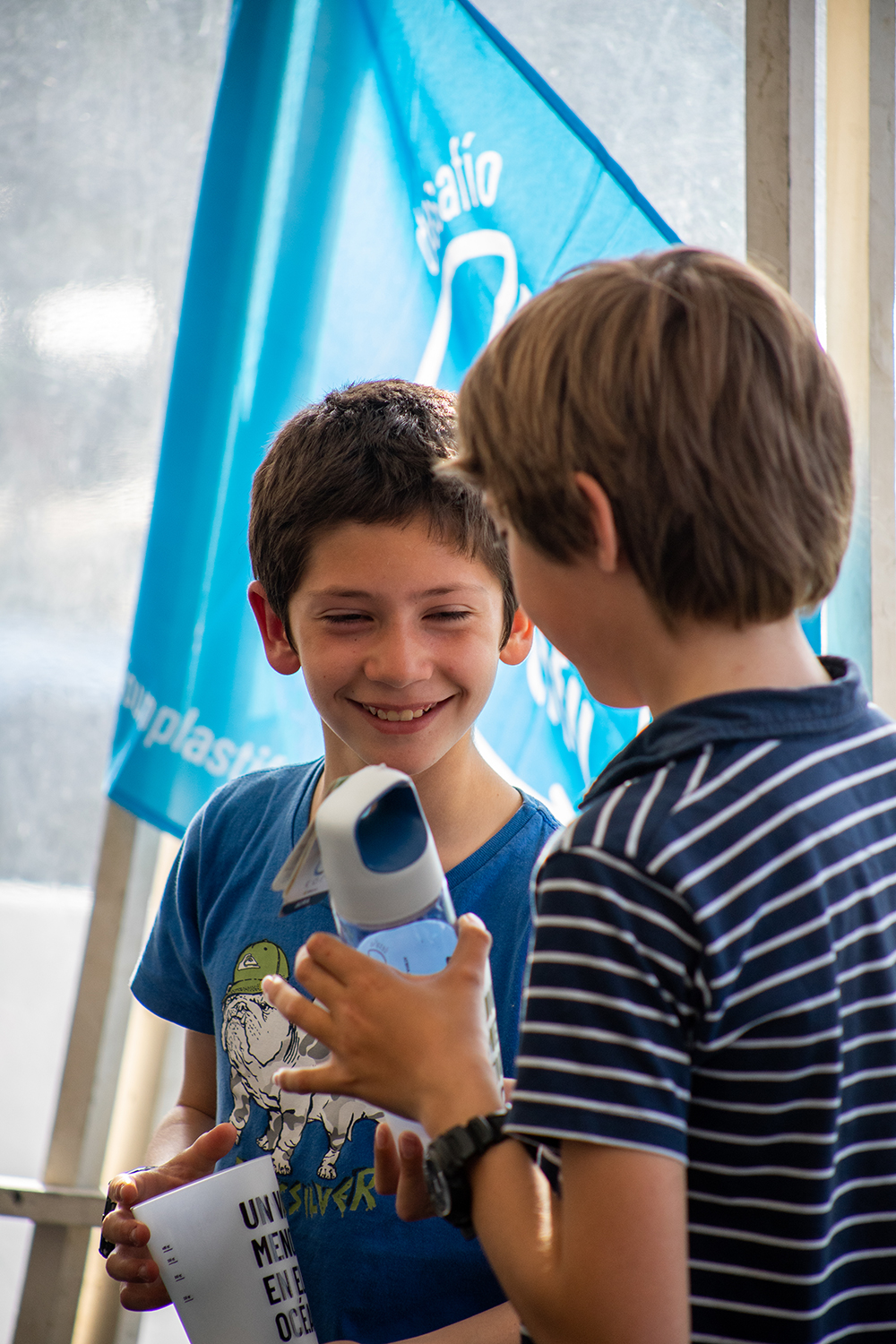 Sailors encourage eachother to bring reusable water bottles to their sailing centers. Photo credit: Unplastify