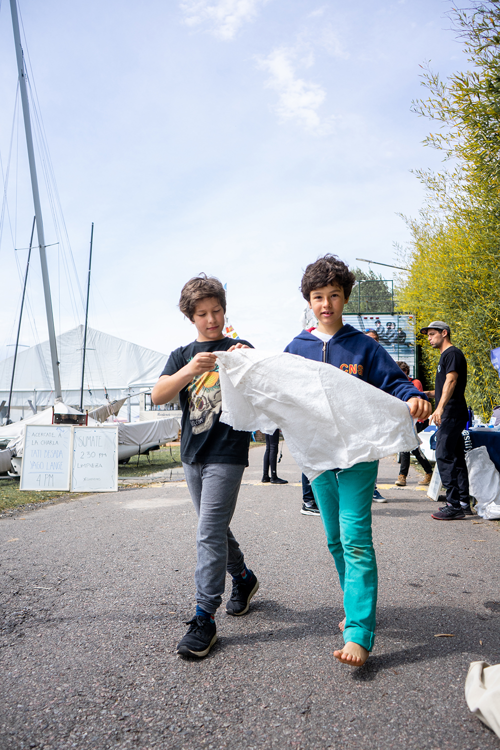 Sailors work together to keep their sailing centers plastic free. Photo credit: Unplastify