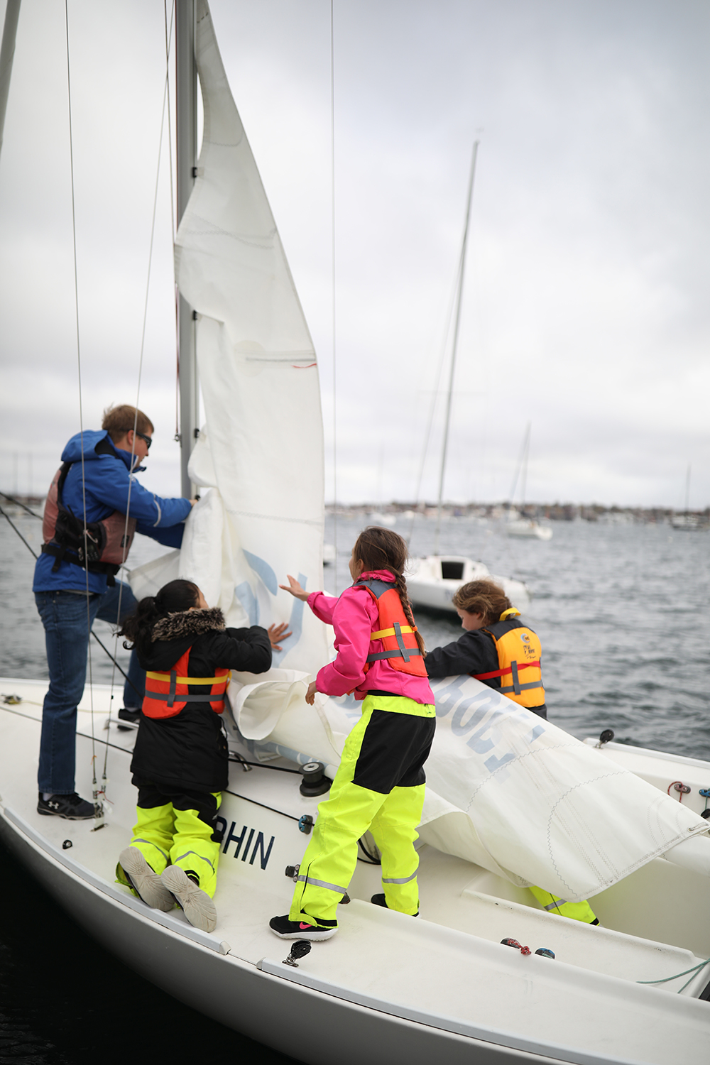 Students work together to drop the mainsail. © Maaike Bernstrom