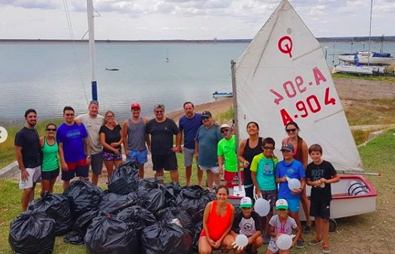 Coastal cleanup in Argentina. Photo credit: Unplastify
