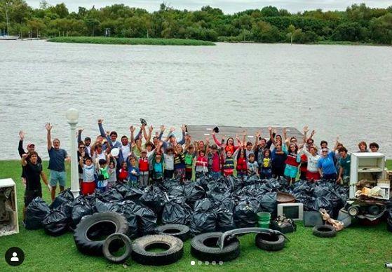 Sailors remove marine debris from coast in Argentina. Photo credit: Unplastify